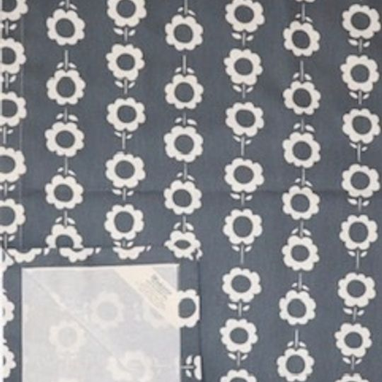 Grey daisychain runner